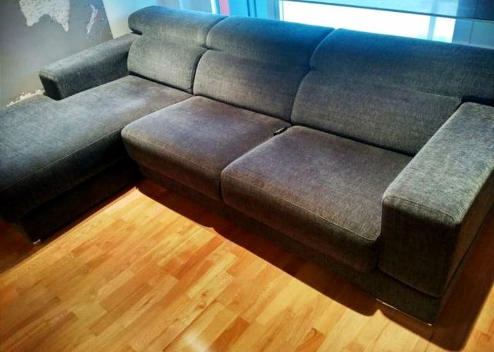 chaise longue de color gris en sala pequena